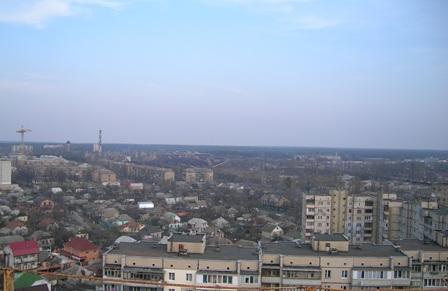 Південний схід. Завод ДВРЗ (вежа, димар, вагони), правіше - збірний пункт призивників (невисока довга будівля, за нею - водокачка).