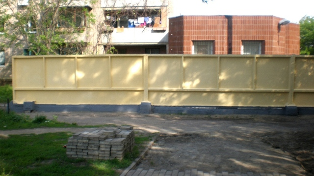 Пофарбовано старий паркан