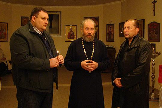 Отець Олександр та Павло Тесленко (ліворуч)