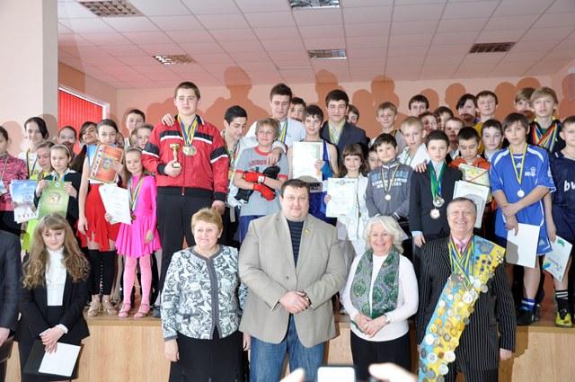 Павло Тесленко з учнями та вчителями